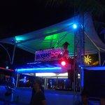 palco d.j. sulla spiaggia e ragazze-immagine