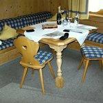 """Sitzbereich im Doppezimmer """"Almwiese"""""""