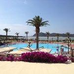 piscina e spiaggia sullo sfondo