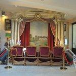 Improvisierter Theatersaal mit einer Sitzreihe