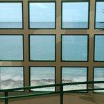 Acceso a la playa desde paso a desnivel sobre av Malecón.