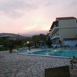 Der Blick von dem Pool zum Hotel