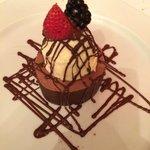 Trufa con chocolate semi amargo y helado de vainilla.