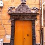 via XXV aprile a Sestri, antico portale in ardesia