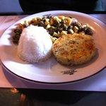 Truta com molho de champignon e alcaparras, servida com arroz branco e batata rostie