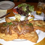 Schnitzel with onions and fried potatoes