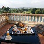 Petit déjeuner en terrasse avec vue sur Yonne