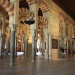 arcos árabes da Mesquita Catedral de córdo com suas litras vermelho - terra...lindo