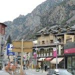 Rua de compras e restaurantes por tras do hotel