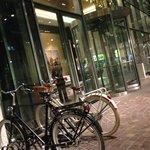 bicicletas em frente ao lobby do hotel