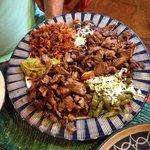 Parrillada: cecina, carne asada, chorizo, frijoles, guacamole y nopales. Dice que es para dos p