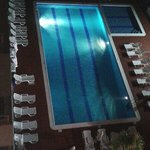 Vista de la piscina de noche
