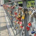 Cadeados presos a ponte