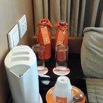 卧室里头放置免费饮用水的地方,饮用水用橘色的布套子套着