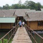pont donnant sur le site