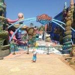 katlantis som består af indendørs legeland (dejlig temperatur) og splash park