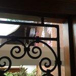 Notre chambre donnée sur la fontaine au petales de rose!!