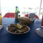 cerveza, tinto y plato pescado