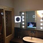 Tv in de badkamerspiegel