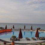 Widok z tarasu przed hotelem na basen i morze
