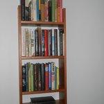 Scaffali di libri in camera