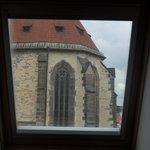 窓からティーン教会が見える