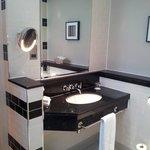 Ванная. Красивый дизайн, много зеркал.