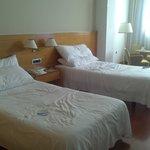 dos camas muy separadas