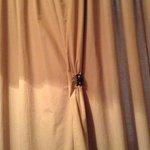 Cortina que precisava ser mantida fechada com pregador de cabelo, a janela dava para o corredor