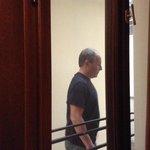 Janela do quarto e pessoa transitando no corredor.