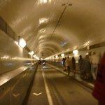 Пешеходная зона в туннеле