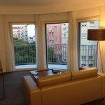 vue du petit salon de la chambre avec son balcon
