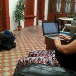 Con las maletas fuera de la habitación, a la espera de que nos recojan para ir al aeropuerto. A