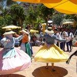 Tanzgruppen von Lanzarote und La Palma tanzen im Poolbereich