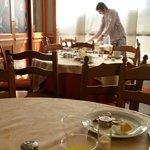 Im Hintergrund ein Gast der sich selbst den Tisch frei räumt