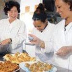Préparation d'un buffet à Traiteur Métisse Planète Sésame, au restaurant.