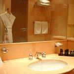 Autre vue de la salle de bains avec douche séparée