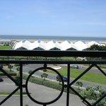 Vue de la mer et de la piscine municipale depuis notre chambre