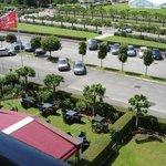 Une vue du parking arrière de l'hôtel