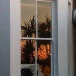 Spiegelung am Abend im Fenster auf der Terrasse