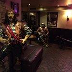 El bar del sótano del hotel