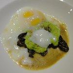 purê de ervilhas com cogumelos e um ovo cozido sobre emulsão com uma técnica francesa