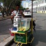 vendedor de suco de laranja com limão