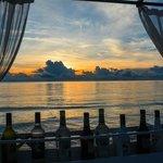 Die Floating Bar des Hotels Impiana Beach