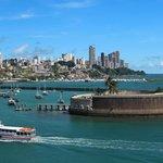 Мимо форта снуют местные пассажирские катера
