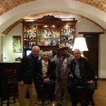 Pisco au bar avec notre guide et le proprietaire