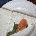 High tea  zeeeeer schaars belegde sandwiches