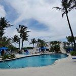 piscine et derrière la plage