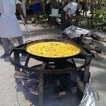 Am Mittag wird am Strand Paella zubereitet, dazu gibts Sangria
