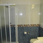 Baño con ducha de la habitación